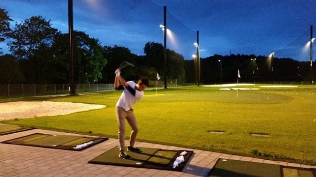 Golfer spielt Golf mit Flutlicht
