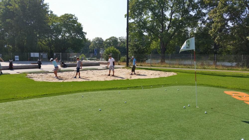 Golfer üben ihr Kurzspiel aus dem Sandbunker