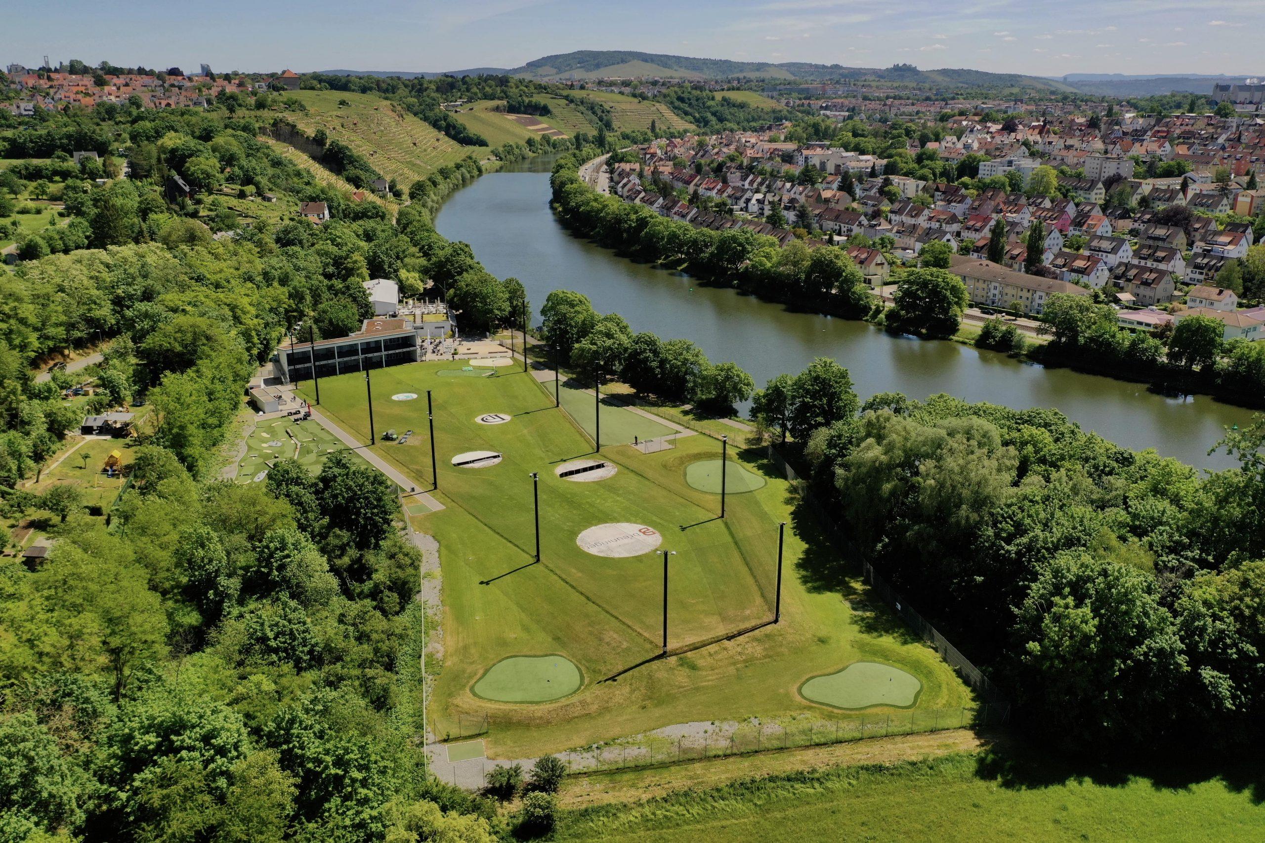 Übersicht über die Golfübungsanlage in Stuttgart mit Driving Range, Kurzplatz, Putting, Adventure Minigolf die das ganze Jahr über geöffnet hat und direkt am Neckar liegt