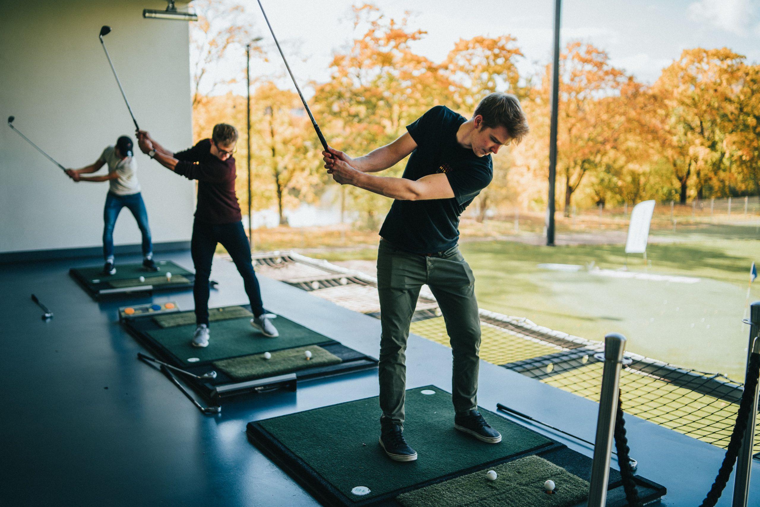 Golfer spielen Golfbälle von der Driving Range